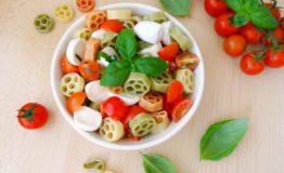 insalata-di-pasta-tricolore-con-pomodoro-e-mozzarella